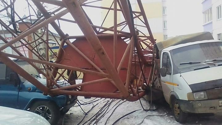 Повреждены пять автомобилей: в Добрянке рабочего оштрафовали за падение башенного крана