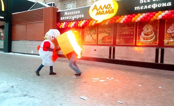 Промоутеры устроили у магазина «Алло, мама» огненную битву