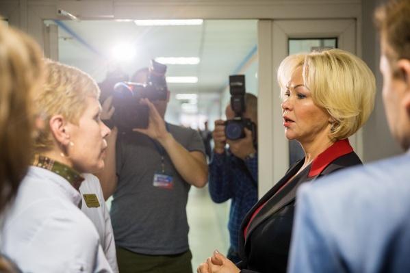 Первый заместитель министра здравоохранения РФ Татьяна Яковлева ходила по поликлинике в сопровождении журналистов и чиновников