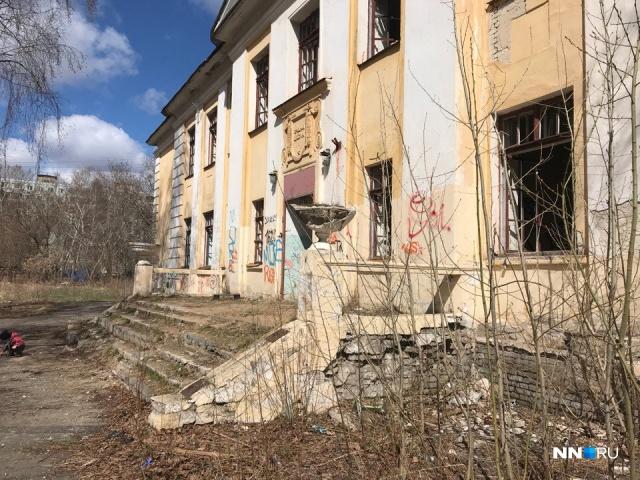 На ул. Шаляпина, 25 не так давно располагался филиал средней школы № 21
