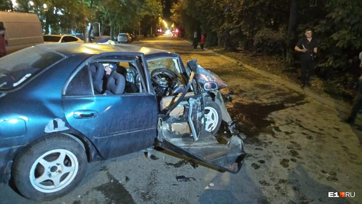 Машина на скорости въехала в дерево