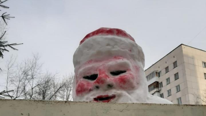 В Уфе установили Деда Мороза и Снегурочку как из фильма ужасов