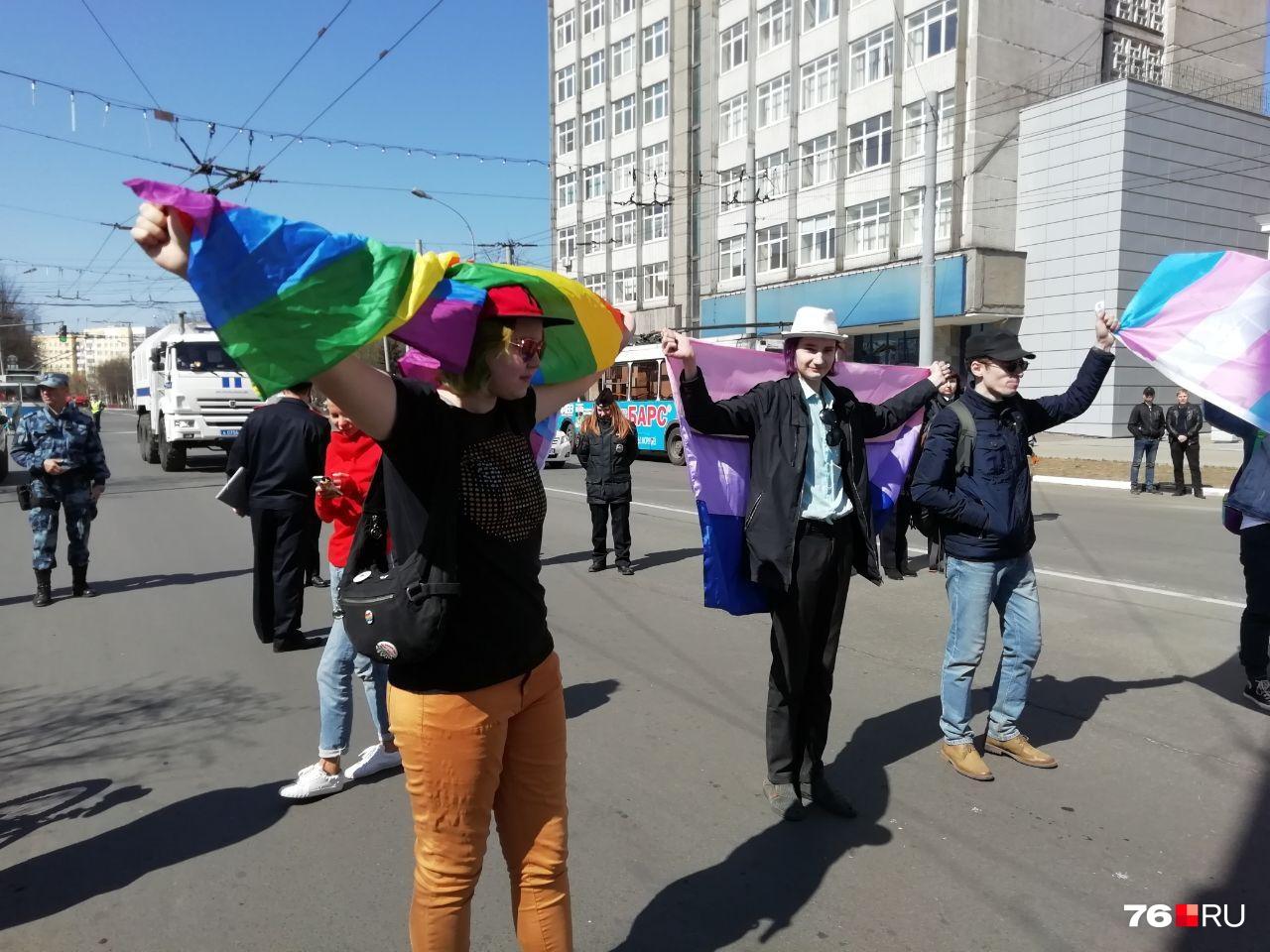 На этот раз другие участники праздника спокойно отреагировали на ЛГБТ-флаги