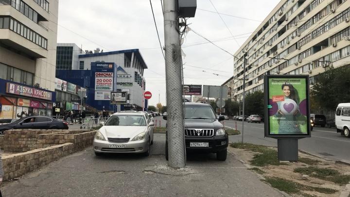 Автохамы в центре Волгограда выгнали пешеходов с тротуара