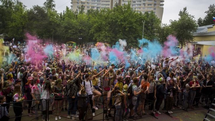 Толпа новосибирцев выбросила в воздух краски российского флага