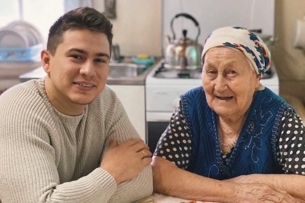 По словам Рустама, бабушка сообщила ему горькую правду в шестилетнем возрасте — решила, что он уже достаточно взрослый