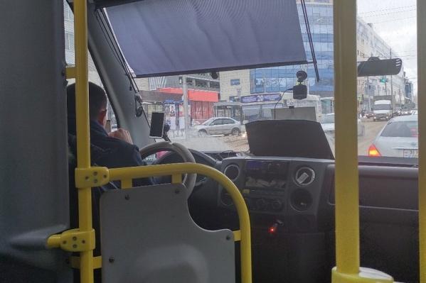 Пассажирка сняла на видео, как водитель во время движения листал ленту соцсетей