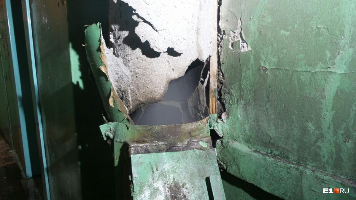 Граждан многоэтажки наСортировке эвакуировали среди ночи из-за пожара вмусоропроводе