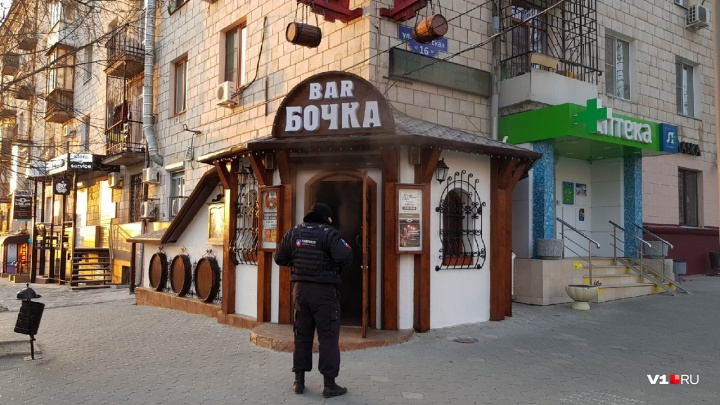 В центре Волгограда загорелся бар «Бочка»