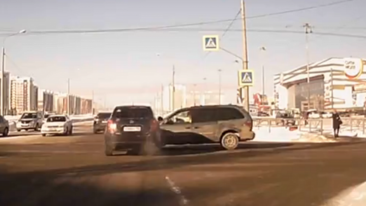 Момент ДТП возле торгового центра в Стерлитамаке попал на видео