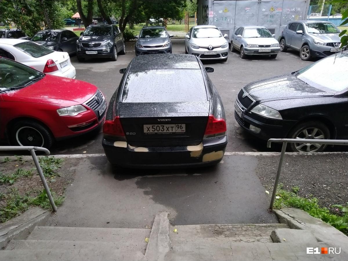 Как обходить этот автомобиль? Проползать под ним? Или по крыше? А что делать тем, кто с коляской?
