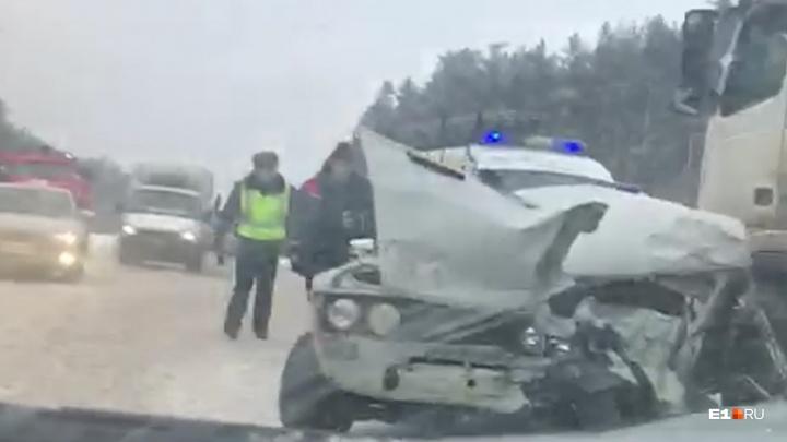 На Серовском тракте полный людей ВАЗ смяло под фурой: показываем видео с места аварии