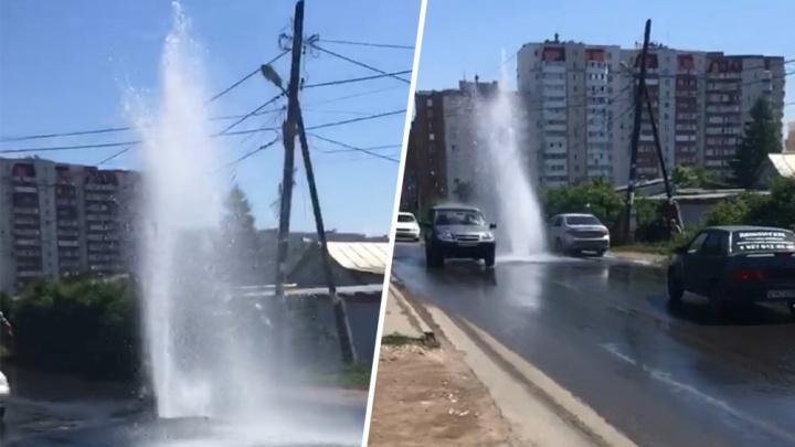 «Вот и утренний душ!»: в Самаре прямо на дороге забил фонтан