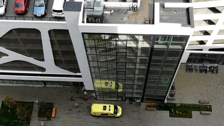 С семиэтажного здания в центре Екатеринбурга сорвался рабочий