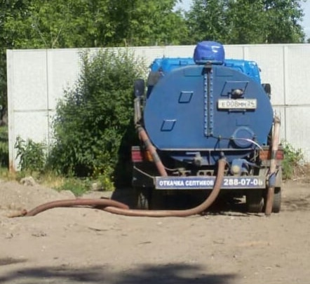 На Калинина заварили незаконный вход в канализацию, куда частники сливали собранные отходы