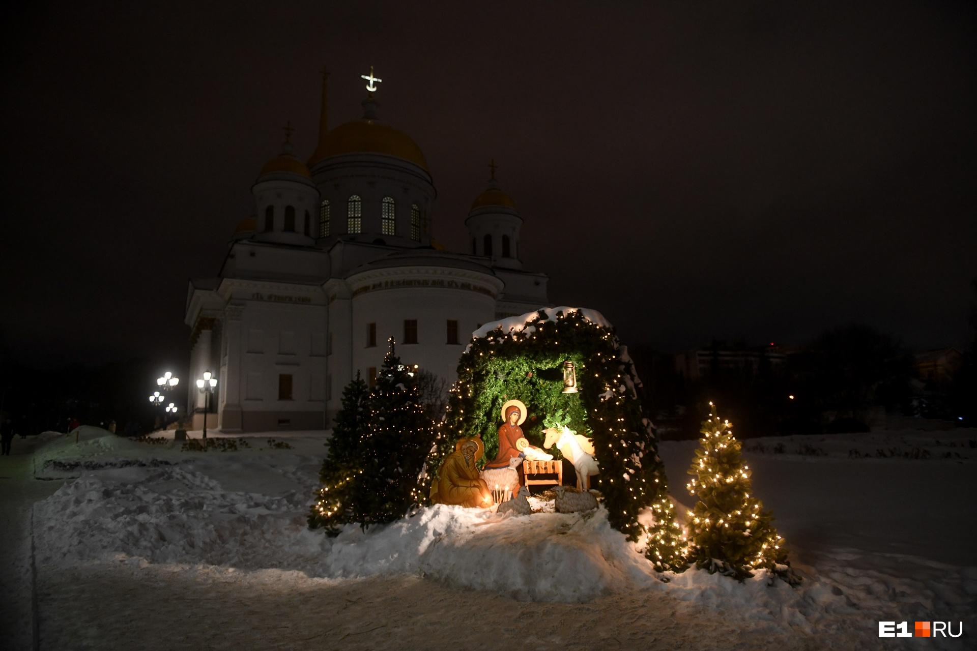 Пещера Рождества при входе в Александро-Невский собор