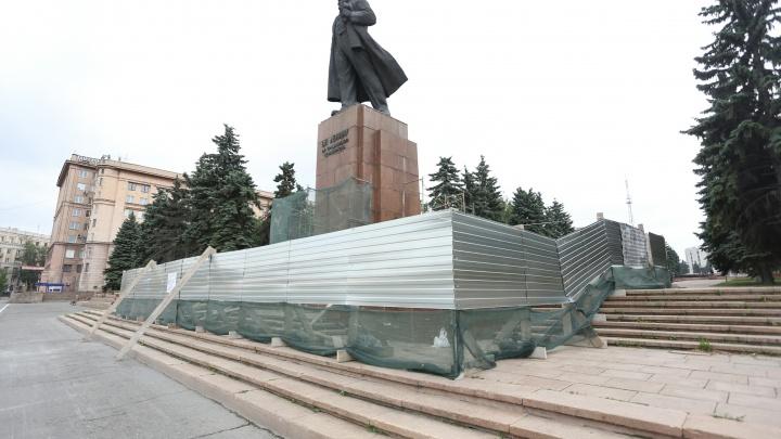 Рабочие приступили к реконструкции памятника Ленину на площади Революции