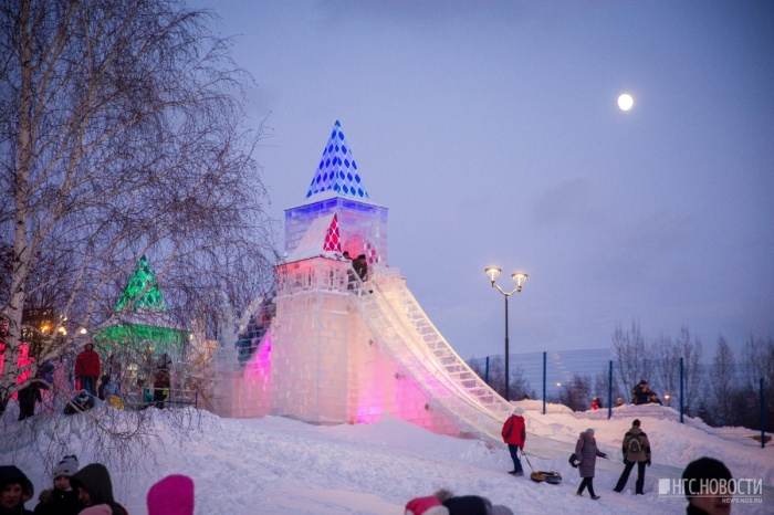 Ледовый городок открылся на Михайловской набережной Оби 30 декабря