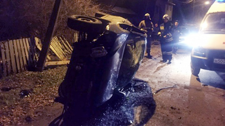 В Рыбинске «Лада-Гранта» снесла столб и оставила людей без света: фото с места аварии