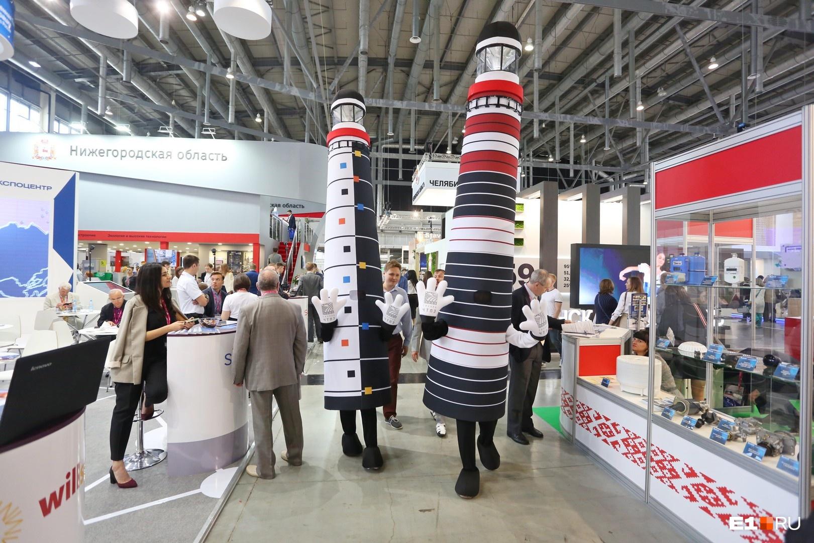 В этом году ЧТПЗ привез с собой две ростовые куклы в виде маяков. Они ходят по стендам «Иннопрома» и как могут развлекают посетителей. Нравятся ли маяки владельцам и топ-менеджерам крупных промышленных компаний, сказать трудно, а вот дети точно оценят веселый дуэт по достоинству