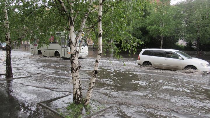 После дождичка в четверг: в Кургане затопило улицы Красина и Карла Маркса, правда, ненадолго