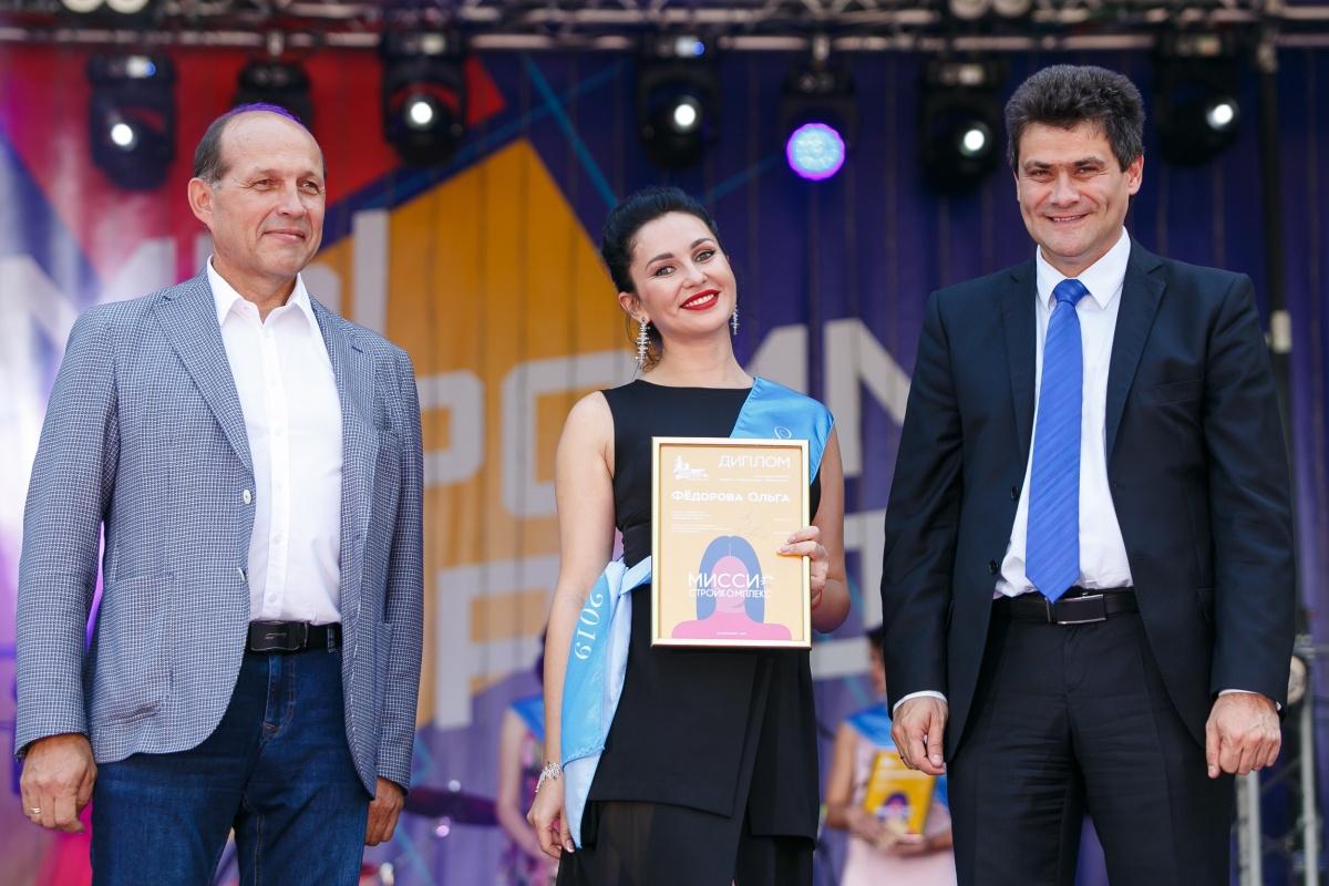 Вместе с мэром победительниц награждал глава минстроя Михаил Волков