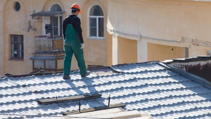 «Ищем других»: волгоградский фонд капремонта решил расстаться с рабочими, не доделавшими крышу