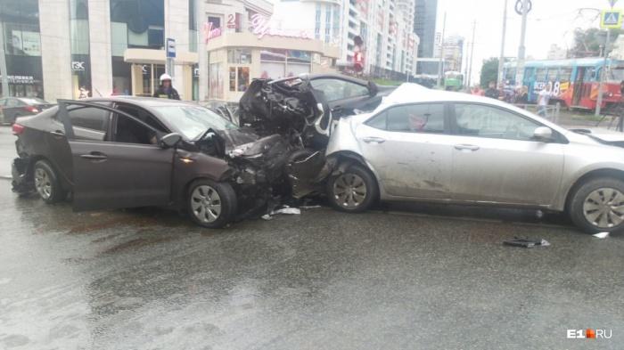 Машина такси оказалась зажата между двумя автомобилями. Пассажир и водитель в ней погибли