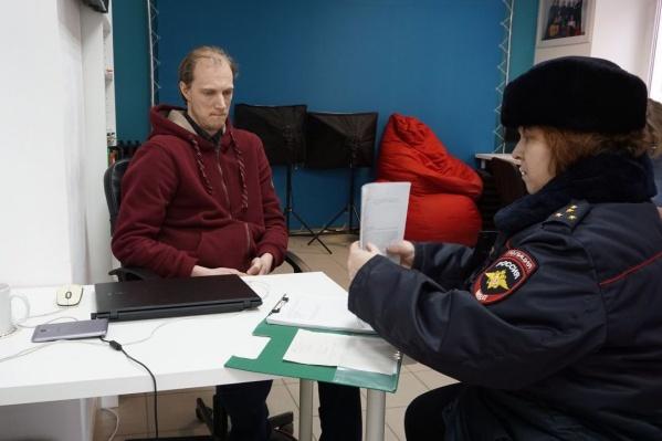Сегодня в штаб, чтобы провести опрос Сергея Ухова, пришел полицейский