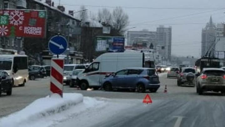 Рядом с «Галереей Новосибирск» сошлись иномарка и скорая — врачи получили травмы