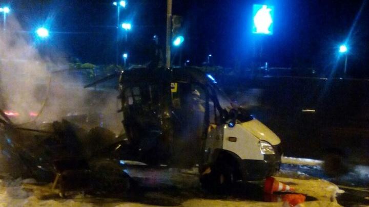 На въезде в Ярославль загорелся фургон: водитель был внутри