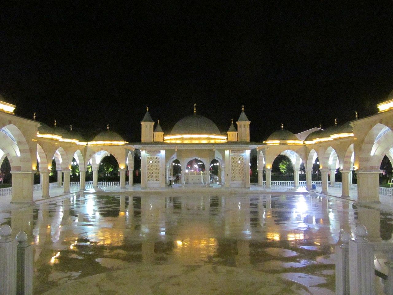 Волшебной красоты мечеть снаружи