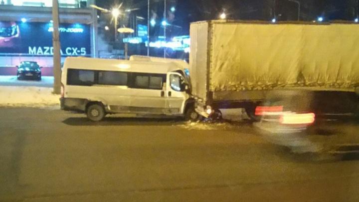 В Челябинске пассажир маршрутки, угодившей под фуру, получил разрыв селезёнки