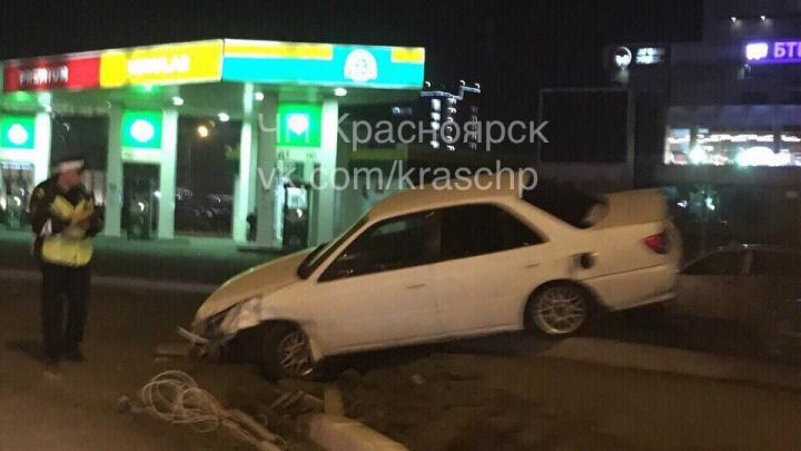 Игравший в «шашечки» за рулём снёс Nissan на светофоре и повис на отбойнике