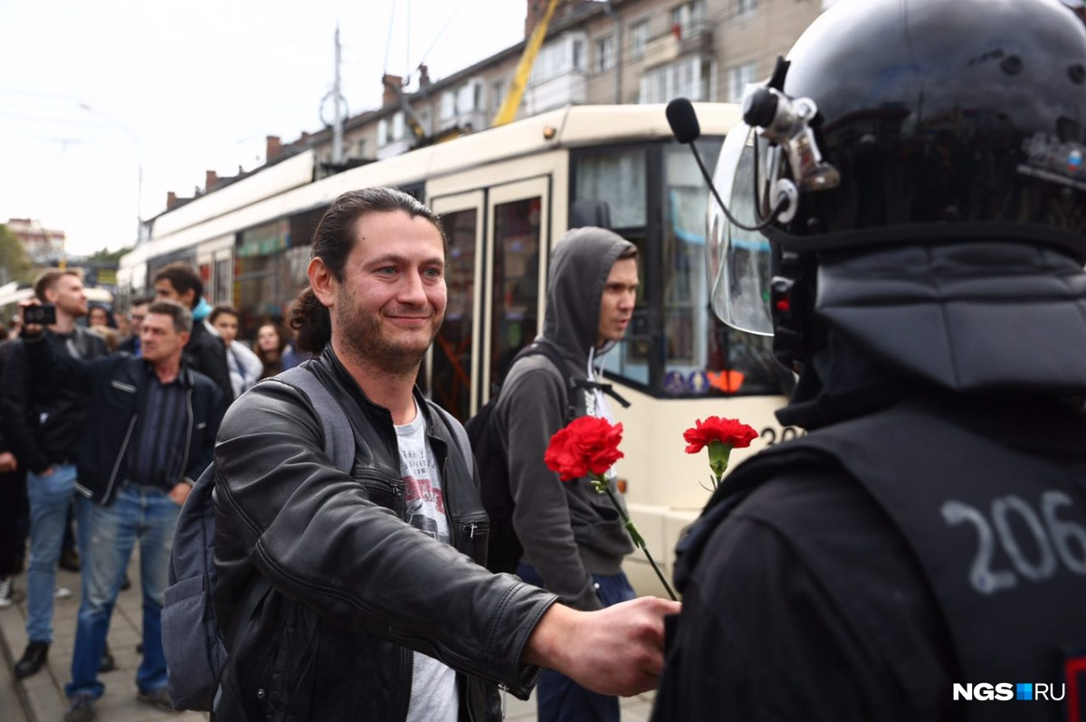 Новосибирцы в конце акции с сарказмом начали скандировать: «Спасибо!», глядя на омоновцев, и дарить им цветы