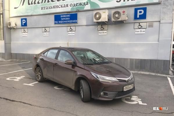Даже немалые штрафы за парковку на местах для инвалидов пока не сильно смущают нарушителей