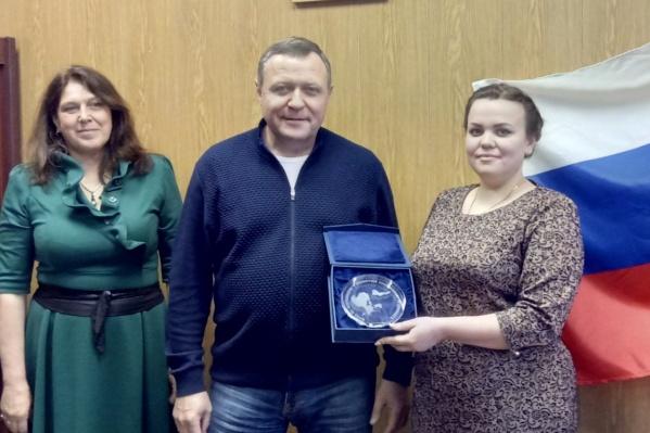 Председатель муниципального совета поселка Виктория Ивановская и директор Фонда по сохранению и развитию Соловков Александр Ходос поздравили нового главу