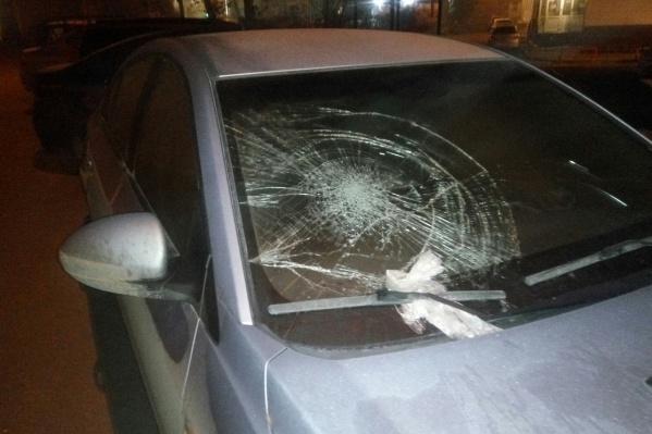 На Ястынской у иномарки пробили стекло