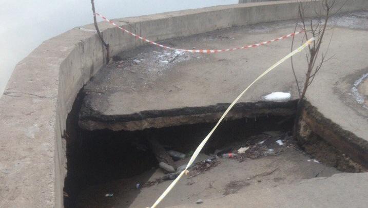 В мэрии рассказали, кто должен ремонтировать провал на Набережной Уфы