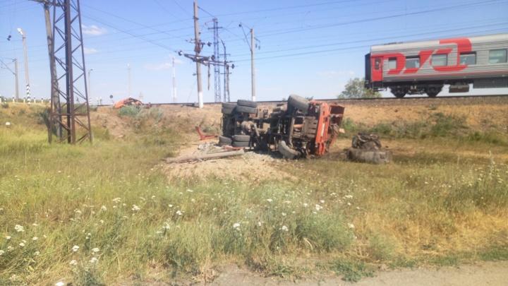 «Все бегают, нас не выпускают»: поезд «Архангельск — Новороссийск» столкнулся с КАМАЗом