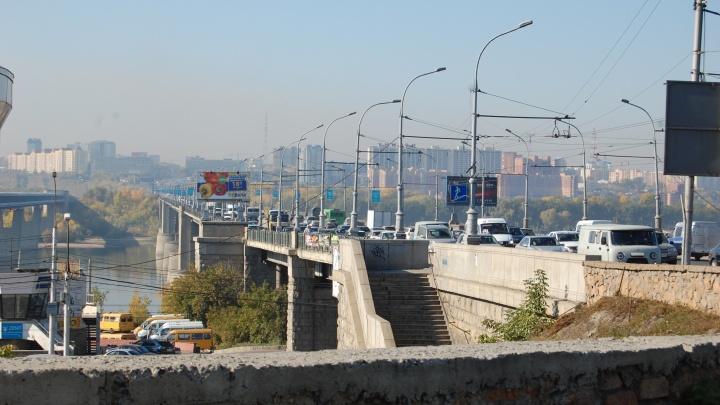 Женщина упала с Октябрьского моста на набережную