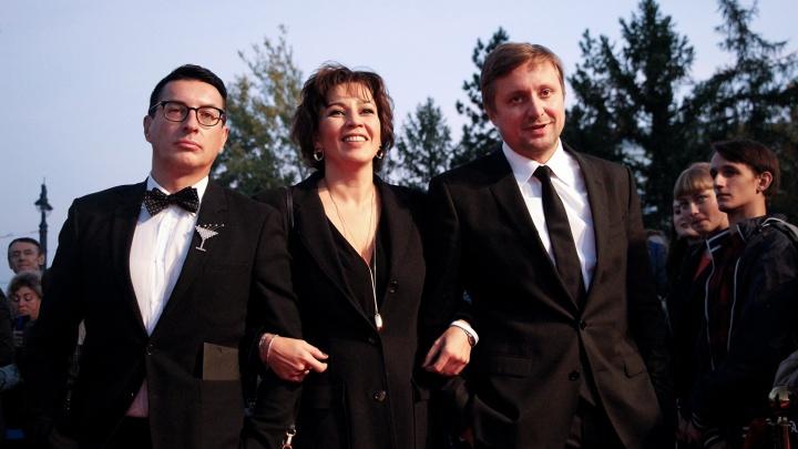 Цвет настроения чёрный: звёздные гости прошли по красной дорожке перед омским драмтеатром