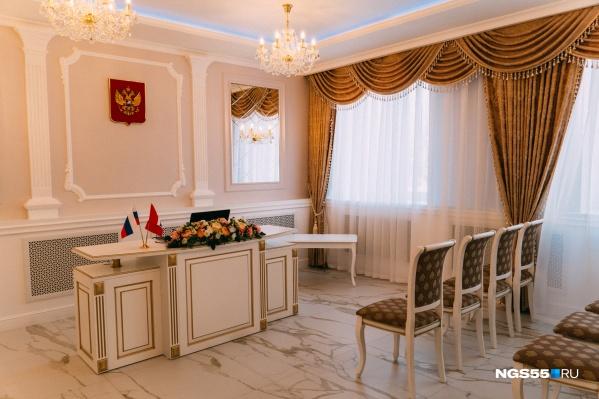 Теперь у Кировского ЗАГСа появился свой собственный зал торжеств, причём довольно эффектный