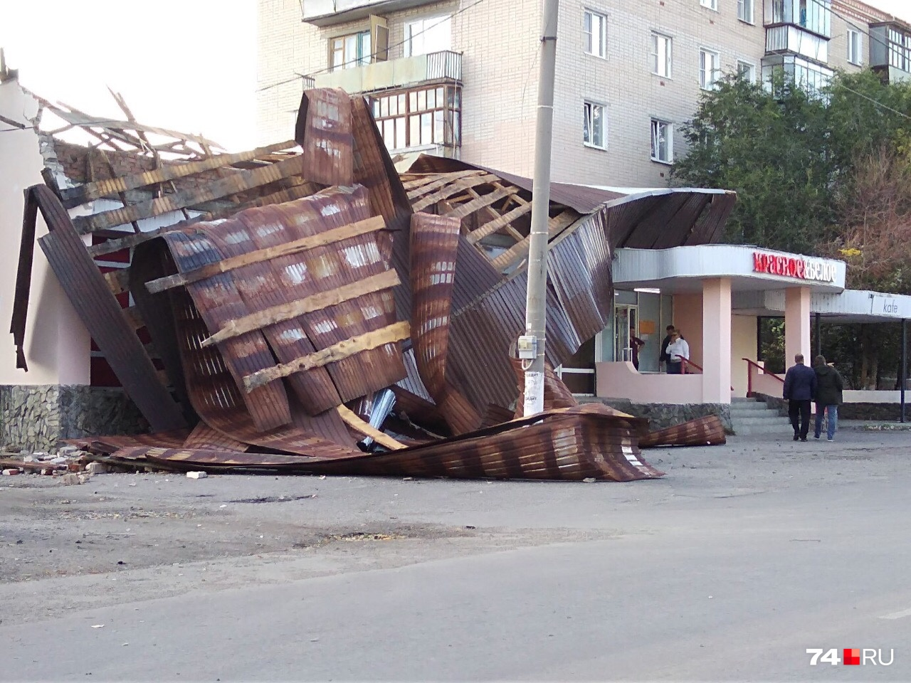В Троицке ветер сорвал крышу с магазина «Красное&Белое»
