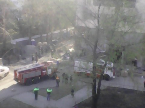 Пожарные расчёты прибыли к горящему зданию
