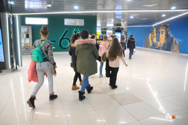 Когда на улице холодает, подростки часто проводят время в торговых центрах