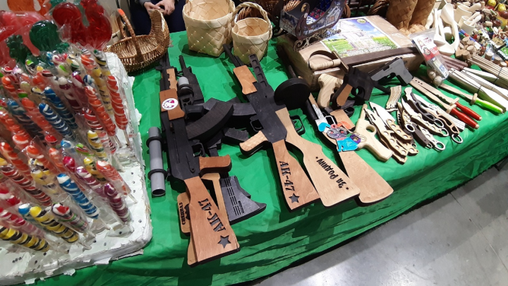 Шапки из шерсти хаски, деревянные АК-47 и мужской чай: ищем подарки на ярмарке в Архангельске