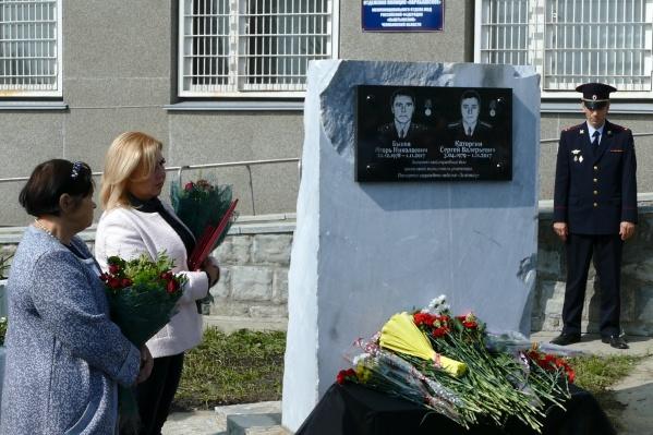 Мемориал установили у входа в здание полиции Карабаша