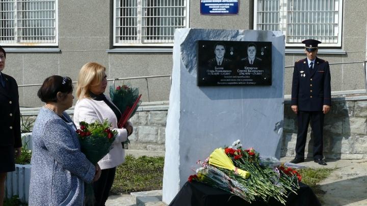 «Совершили поступок героев»: полицейским, погибшим при спасении людей на Аргазях, поставили памятник