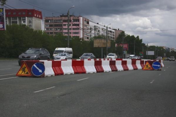 Улицу Братьев Кашириных сузили на две полосы в том же месте, что и год назад, хотя официальная причина чуть отличается